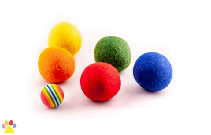 Gekleurde wolleballetjes en regenboogballetje